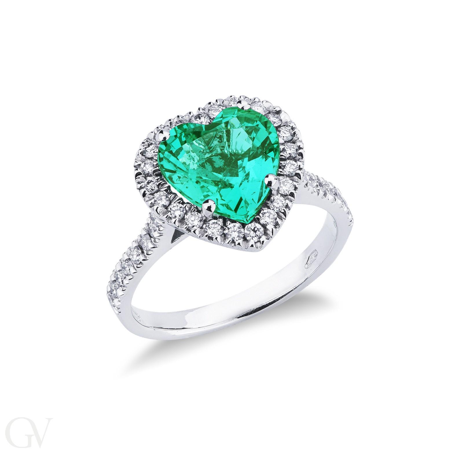 Anello in oro bianco 18k con smeraldo taglio cuore e contorno di diamanti.