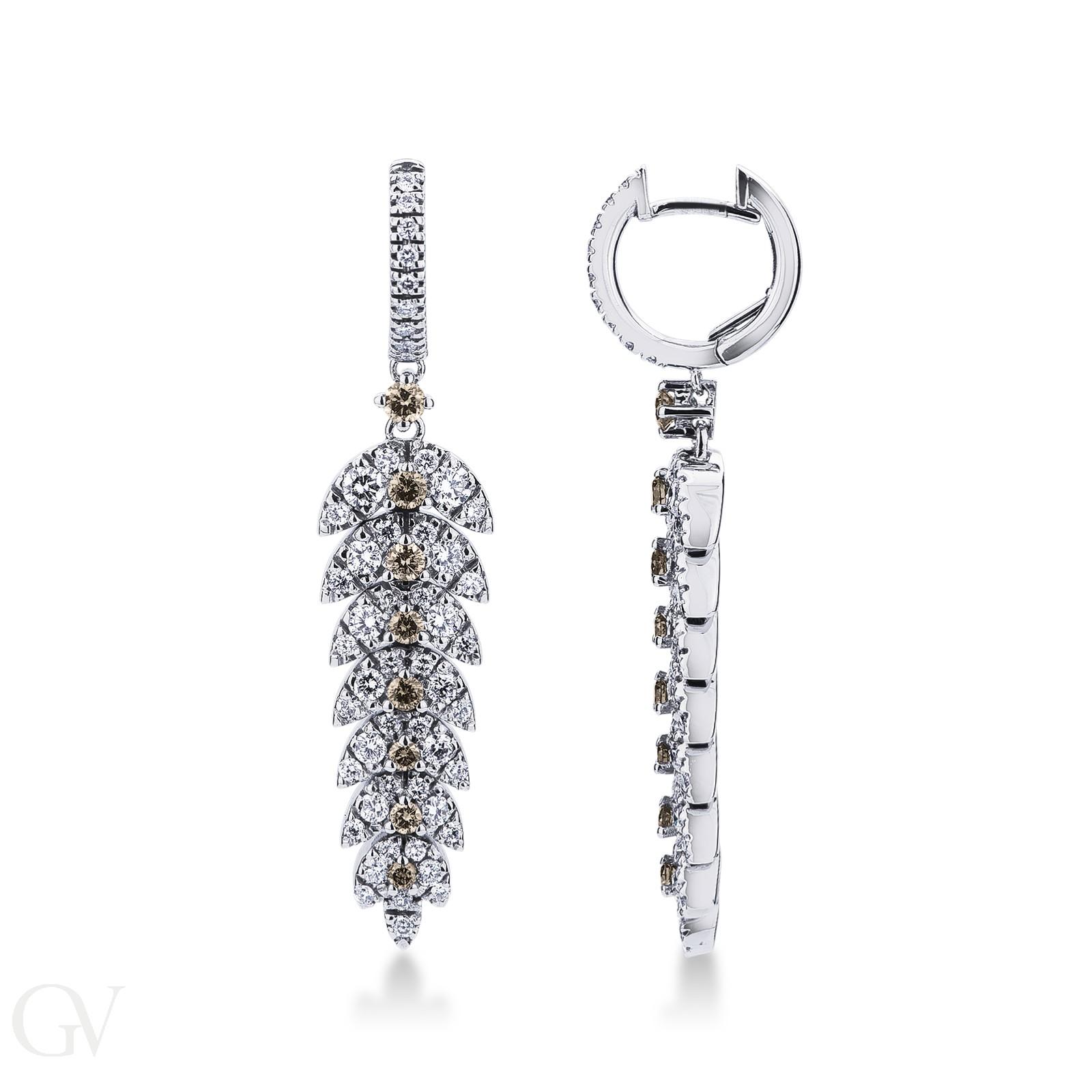 Orecchini con pendenti a piuma in oro bianco 18k con diamanti bianchi e brown.
