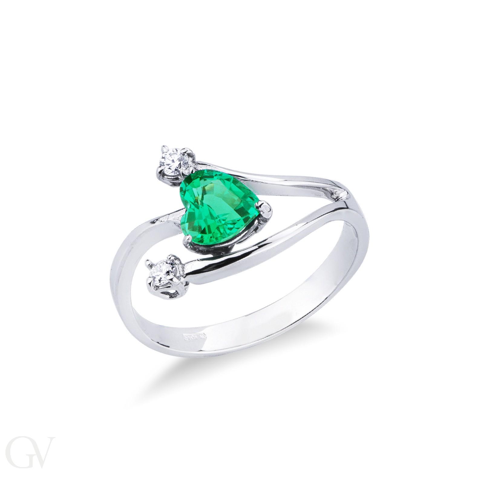 Anello in oro bianco 18k con smeraldo e diamanti.