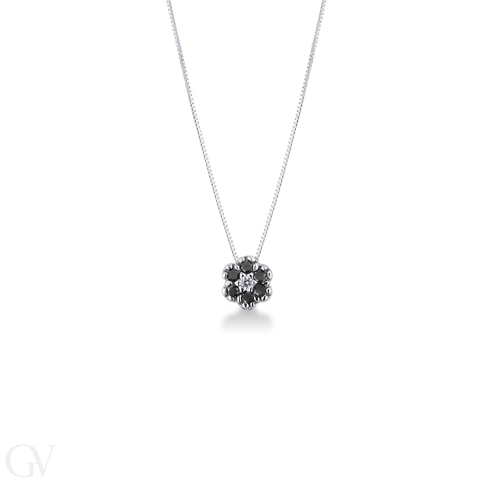 Collana in oro bianco 18k con fiore in diamanti neri e bianchi.