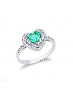Anello in oro bianco 18k con diamanti e smeraldo taglio cuore.