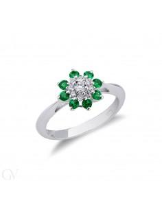 Anello in Oro Bianco 18k con contorno in Smeraldi e Diamanti