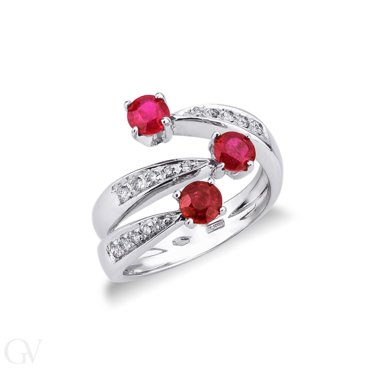 Anello tipo trilogy in oro bianco 18k con rubini e diamanti